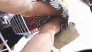 【盗撮動画】股間のユルい女子たちを嗅ぎつけソツなく狙う神出鬼没の靴カメパンチラハンター♪