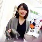 【盗撮動画】紳士的な客を装い淑女系の店員さんの気になるパンチラをしたたかに逆さ撮り♪