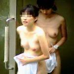 【盗撮】覗き屋が待ち構える露天風呂にノコノコやってきた美乳美尻のスレンダー女子二人組♪
