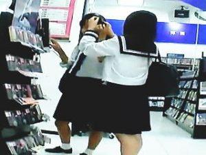 【盗撮】オヤジたちのイヤらしい視線を浴びて発育してる制服女子校生のパンチラを逆さ撮り♪