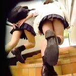 【盗撮動画】お店をハシゴしてる女子校生たちをピッタリマークして逆さ撮りしてる危ない撮り師♪