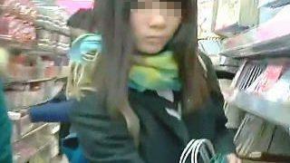 【盗撮動画】イケイケのミニスカJKより現実的なガチ女子校生の無垢なパンチラが好きならコレ♪