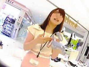 【盗撮】婦人靴専門店で働く美人店員さんにドキドキの逆さ撮りで神々しいパンチラGET♪