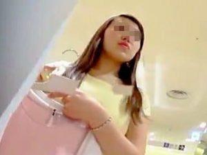 【盗撮】大半が女性客の婦人服売り場なのにTバックパンチラで男性客を挑発してる店員さん♪