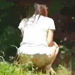 【盗撮動画】キョロキョロしてて解りやすい女子たちが野ション野グソを決行して悪戯の餌食に♪