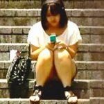 【盗撮動画】今はスマホ女子で昔はケータイ女子が街角パンチラ晒しでリーマンたちを癒してた件♪