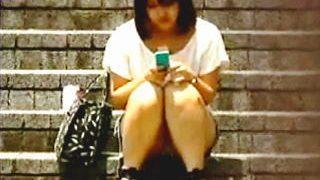 【盗撮】今はスマホ女子で昔はケータイ女子が街角パンチラ晒しでリーマンたちを癒してた件♪