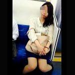 【盗撮動画】電車内でカメラをガン見して誘ってくる女子がいたので逆さ撮りしてあげますた♪