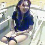 【盗撮動画】最近はキレイになった海の家の女子トイレには最初から隠しカメラが仕込まれてる件♪
