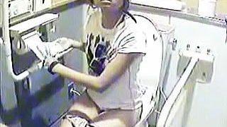【盗撮動画】有名ビーチの公衆女子トイレには防犯上の理由から個室内も監視されてるらしい件♪