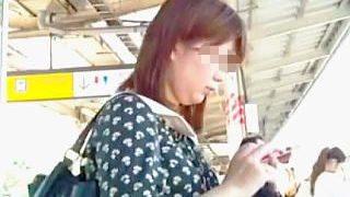 【盗撮】パンチラスカメク撮りで抜き打ちパンティチェックされてる通勤通学途中の女子たち♪