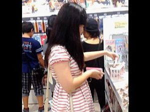 【盗撮】夏休みに突入した美少女たちの甘酸っぱいパンチラを逆さ撮りしてるロリ専の撮り師♪