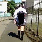 【盗撮】晴れやかな日も土砂降りの日も女子校生たちのパンチラチェックに余念がない変質者♪