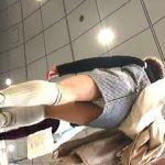 【盗撮】ギンガムチェックのミニスカ女子を逆さ撮りしたらフワフワなパンチラ拝めますた♪