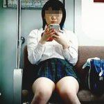 【盗撮動画】公共の電車内なのに純白パンチラで完全に釣りまくってるお色気ムチムチ女子校生♪