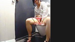 【盗撮】最新式のキレイなトイレには最初から隠しカメラが仕込まれて排泄女子を狙ってる件♪