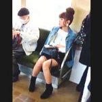 【盗撮動画】昼下りの電車内でミニスカ女子を見掛けて逆さ撮りしたら期待通りのパンチラ撮れた♪