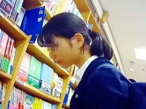 【盗撮】書店に行けば必ず存在してるガチ素人JKたちのレアなパンチラのリアルなインパクト♪