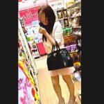 【盗撮動画】狭い店内でエッチそうな女子を発見!激エロTバックを散々撮ったら最後にバレますた♪