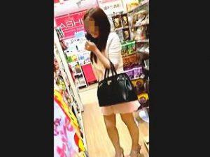 【盗撮】狭い店内でエッチそうな女子を発見!激エロTバックを散々撮ったら最後にバレますた♪