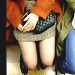【盗撮動画】電車通勤してるリーマンの4割強はやってるらしい電車内で座ってる女子の太もも撮り♪