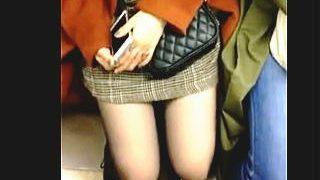 【盗撮】電車通勤してるリーマンの4割強はやってるらしい電車内で座ってる女子の太もも撮り♪