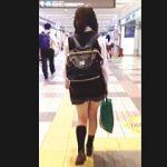 【盗撮動画】リュックスタイルで歩き方がアレな女子校生を勝手に大追跡してパンチラ逆さ撮り♪
