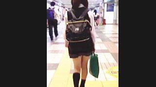 【盗撮】リュックスタイルで歩き方がアレな女子校生を勝手に大追跡してパンチラ逆さ撮り♪
