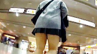 【盗撮】下半身のイヤらしさが尋常じゃないにミスか制服女子校生の抗えないパンチラ引力♪