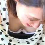 【盗撮動画】ブラの中で窮屈そうにしてる乳首までじっくり撮られた胸チラ煽りの綺麗なお姉さん♪