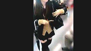 【盗撮】電車内で見かけた美少女JKを逆さ撮りしたらとんでもなくエッチなパンチラだった件♪