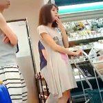 【盗撮動画】真夏にスーパーで家族と買い物中のワンピJDを逆さ撮りして蒸れパンチラGET♪
