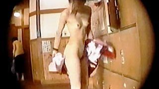 【盗撮動画】健康ランドの脱衣所で風呂上がりに美全裸を拭き拭きしてるスレンダー女子を隠し撮り♪