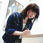 【盗撮動画】可愛い店員さんを逆さ撮りしてキュロットの隙間から覗く萌えパンティに萌えたオレ♪