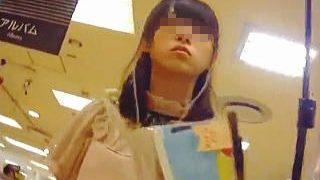 【盗撮】ターゲットの女の子の顔を拝んでパンチラを想像してから逆さ撮りで答え合わせ♪
