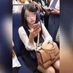 【盗撮動画】通勤電車内でスマホを弄り倒して出勤前に情報収集してるデキるお姉さんのパンチラ♪
