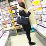 【盗撮動画】書店で立ち読みを繰り返すOLにザーメンぶっ掛けマーキングでサイレント注意♪