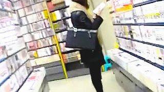 【盗撮】書店で立ち読みを繰り返すOLにザーメンぶっ掛けマーキングでサイレント注意♪