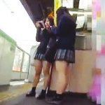 【盗撮動画】夕餉れ時の駅のホームで見かけたミニスカJKたちを追いかけてパンチラ撮りまくり♪