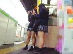 【盗撮】夕餉れ時の駅のホームで見かけたミニスカJKたちを追いかけてパンチラ撮りまくり♪