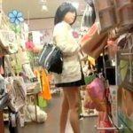 【盗撮動画】パンチラ観られてくて仕方がない股下数センチの極短ミニスカ女子校生を逆さ撮り♪