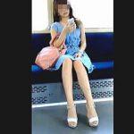 【盗撮動画】スッカスカの電車内で座ってる美脚ギャルを対面からロックオンした夏の昼下がり♪