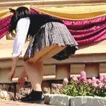 【盗撮動画】快晴の夢の国で無邪気にはしゃぐ制服女子校生たちのパンチラを熱心に狙う女撮り師♪