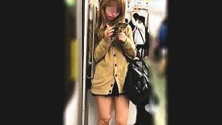 【盗撮】たまたま撮り師と一緒の電車に乗ってしまったギャル系女子校生の通学パンチラ♪