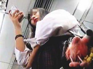 【盗撮】フリフリと動き回る女子校生のプリプリなお尻を包み込むホカホカなパンチラ隠し撮り♪
