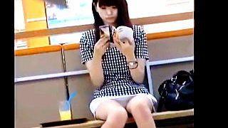 【盗撮】ベンチで読書しながら爽やかエロの眩しい▽パンチラを魅せてくれてる女子大生♪