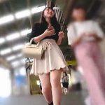 【盗撮動画】パンチラ逆さ撮りのターゲットとしては申し分のないレベルのミニスカ美脚女子♪