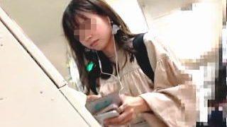 【盗撮動画】切符を購入してから電車に乗り込んだ清純派の女子大生風女子のパンチラ頂きますた♪