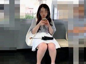 【盗撮】電車内でスマホに熱中してる美脚女子たちは見応えあるパンチラが撮り放題な件♪