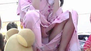 【盗撮】浴衣を着ていることも忘れてお股からパンチラ公開してる女の子が集う日本の夏祭り♪